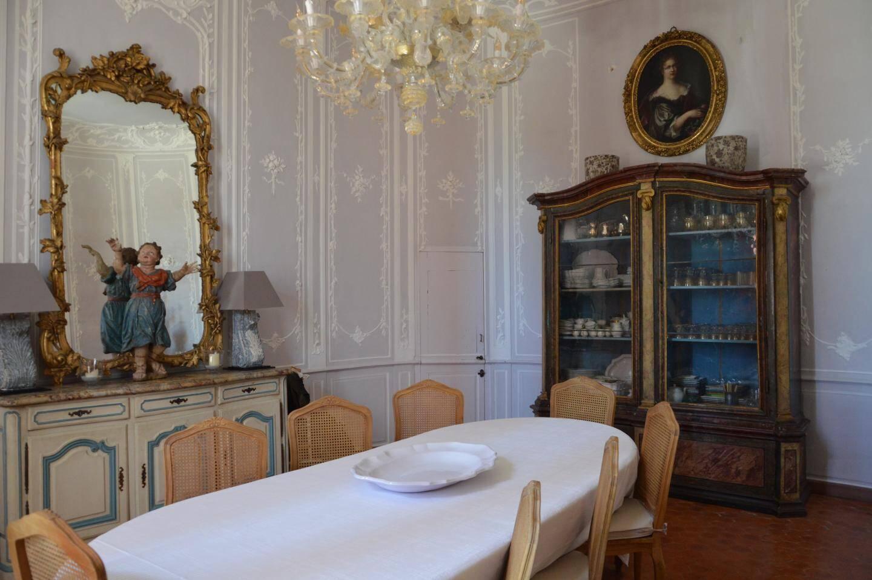 Les gypseries du salon Violine, aujourd'hui aménagé en petite salle à manger, représentent bouquets et corbeilles, tous uniques.