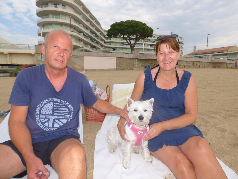 Nathalie, Christian et leur Westie June, heureux de profiter « en famille » des joies de la plage.