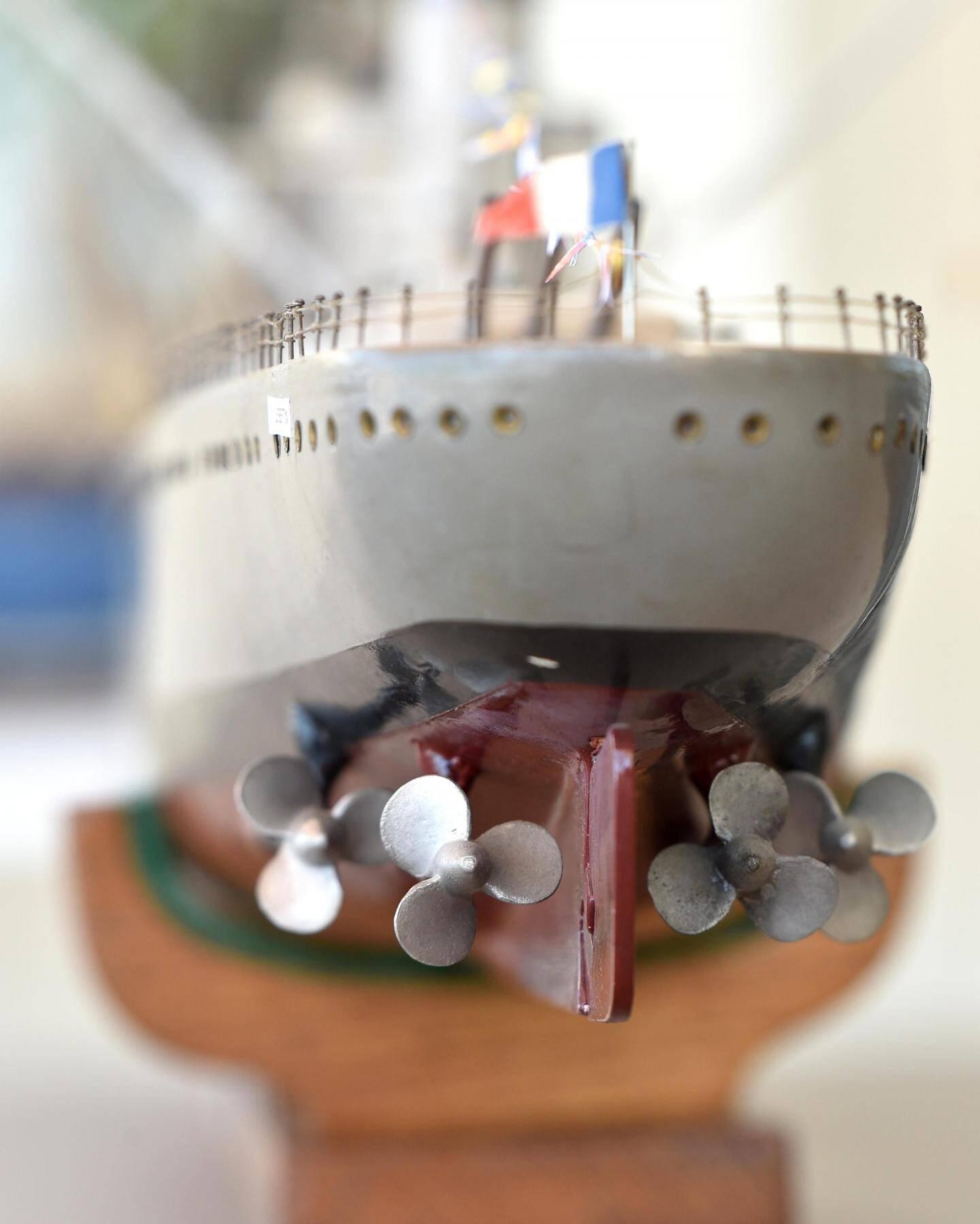 Taillée dans le bois, la maquette du croiseur français mesure un mètre vingt.