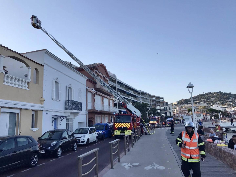 Les pompiers ont sorti la grande échelle.