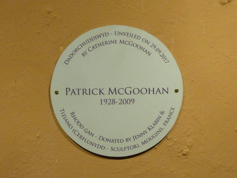 à Portmeirion, le nom du sculpteur associé à celui du célèbre acteur.