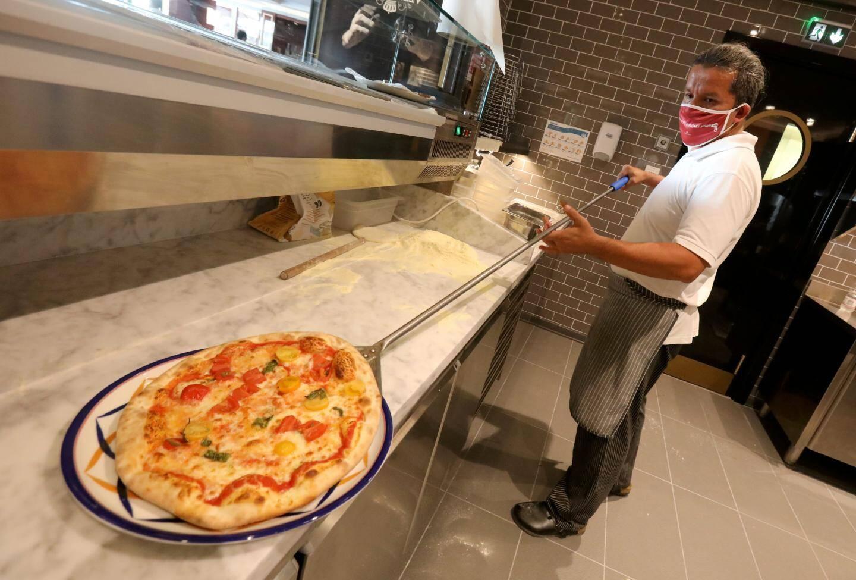 """Une pizza sans levure: la marque de fabrique de """"Crazy Pizza""""."""