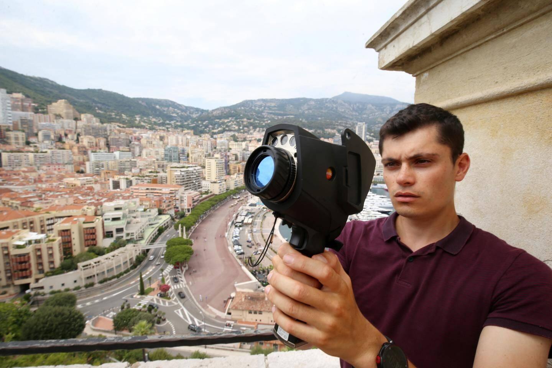Victor Pichaud, ingénieur environnement pour le bureau d'études E6 consulting, fait des mesures infrarouges.