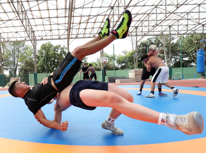 Alors qu'ils ont reçu l'autorisation de pratiquer à nouveau, les lutteurs peuvent même s'entraîner en plein air à Boulouris.