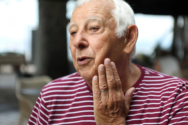 """Pierre Sebaoun, """"habitué"""" de la plage du Veillat depuis """"environ 55 ans"""", était, mardi matin, la dernière victime en date du """"poisson mordeur""""."""