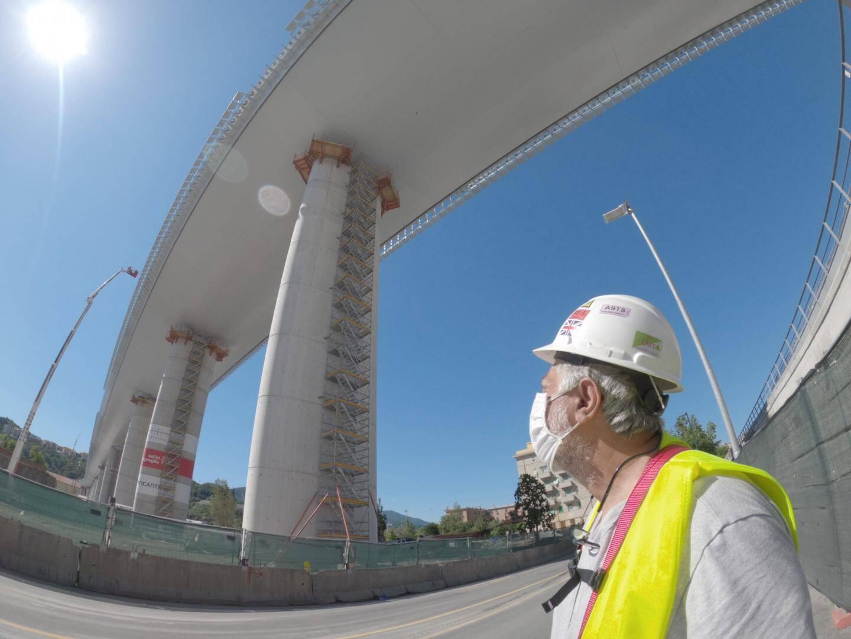 Un chef de chantier sous le nouveau pont. 325 entreprises ont été mobilisées pour sa réalisation et 4000 personnes ont participé aux travaux.
