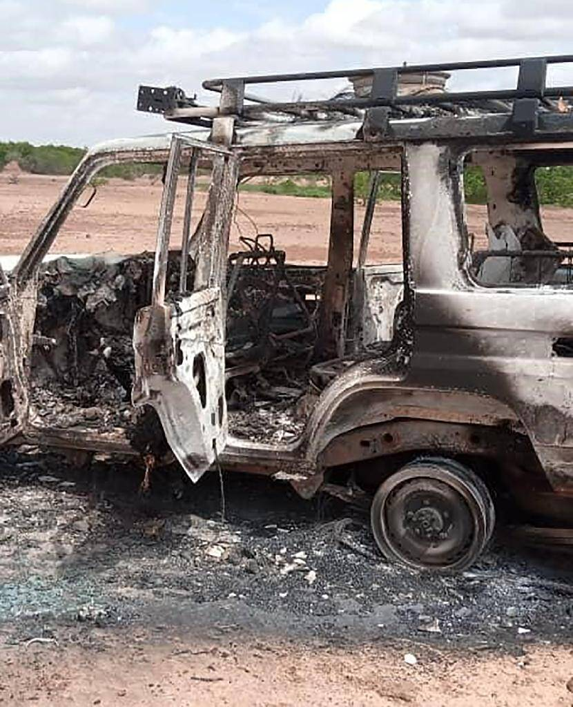 Le véhicule calciné dans lequel se trouvaient les six Français et les deux Nigériens tués par des hommes armés dans la zone de Kouré, dans le sud-ouest du Niger, le 9 août 2020