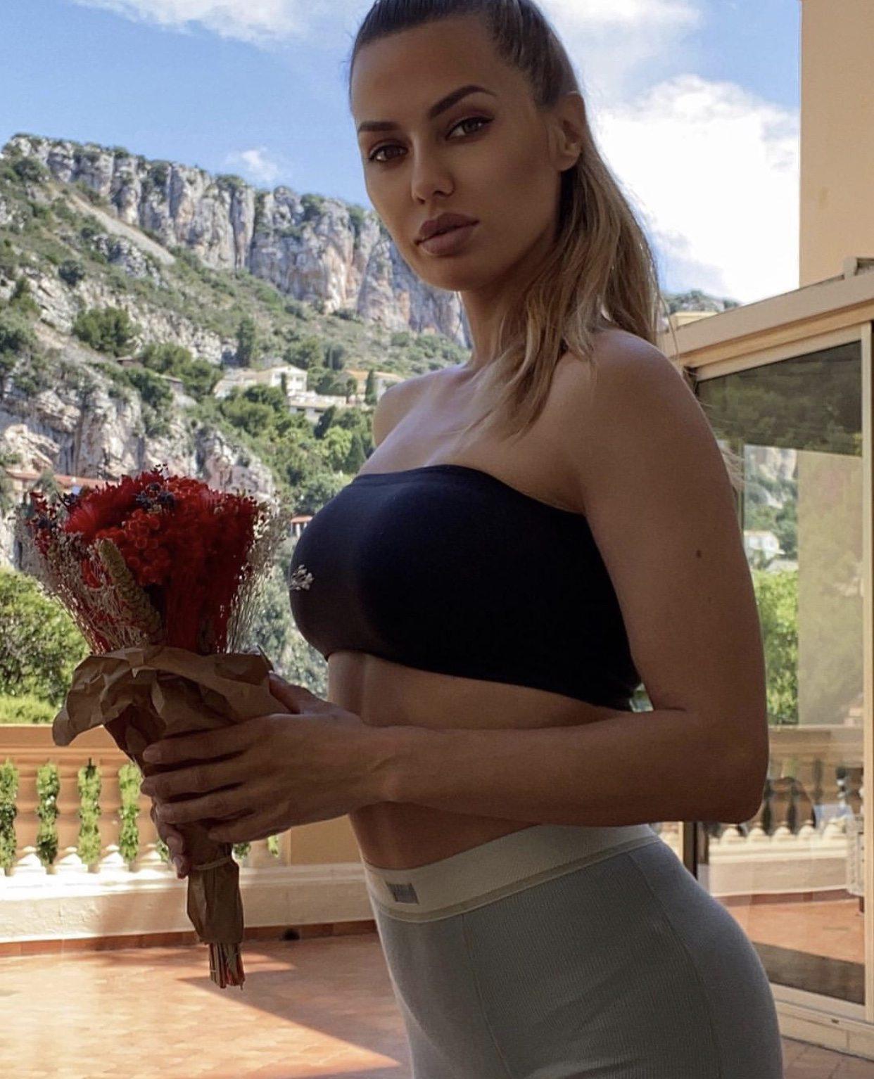 Le mannequin Victoria Bonya, 40 ans, sur sa terrasse à Cap-d'Ail.