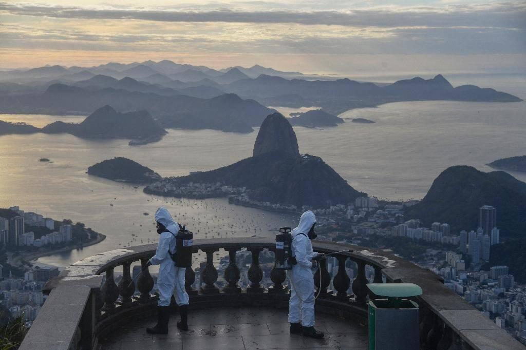 Des militaires désinfectent les abords de la statue du Christ Rédempteur à Rio de Janeiro le 13 août 2020 avant sa prochaine réouverture au public