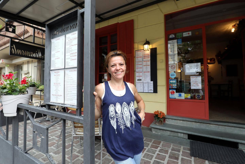 À Tende, Coralie David compte sur le flux de voyageurs du train pour remplir son restaurant.