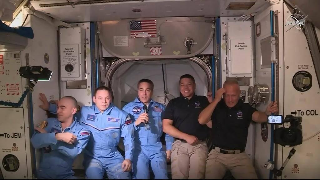 Image transmise par la Nasa de Robert Behnken (2e d) et Doug Hurley (d), à leur arrivée dans l'ISS, avec les autres astronautes de la station spatiale, le 31 mai 2020