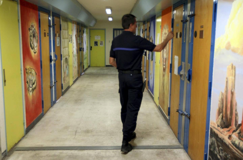 Serge, le père de famille, est incarcéré à la maison d'arrêt de Grasse. Seul André, son ancien patron, a obtenu un droit de visite au parloir.