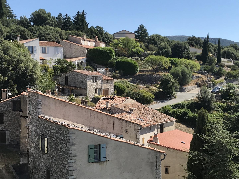 A Mons, les habitants ont l'habitude de poser des pierres sur les toits.