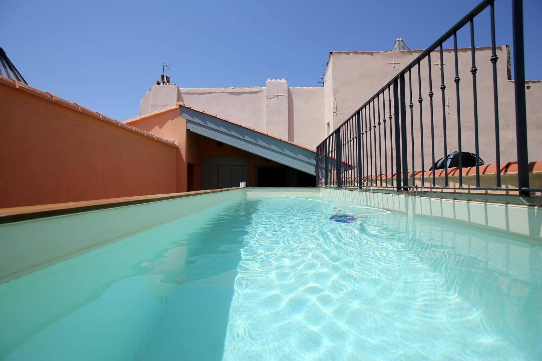 Sur le toit, le rooftop avec son salon de détente, sa salle de massage et son bassin, offre un moment de détente entre mer et Faron.