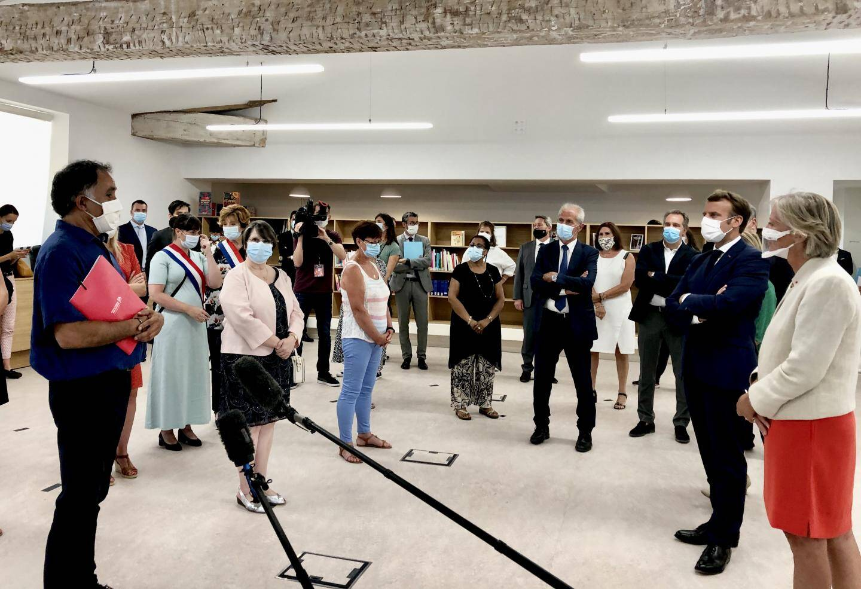 Le Président été accompagné de la ministre déléguée chargée de l'Autonomie, Brigitte Bourguignon, et de la secrétaire d'Etat chargée des Personnes handicapées, Sophie Cluzel.