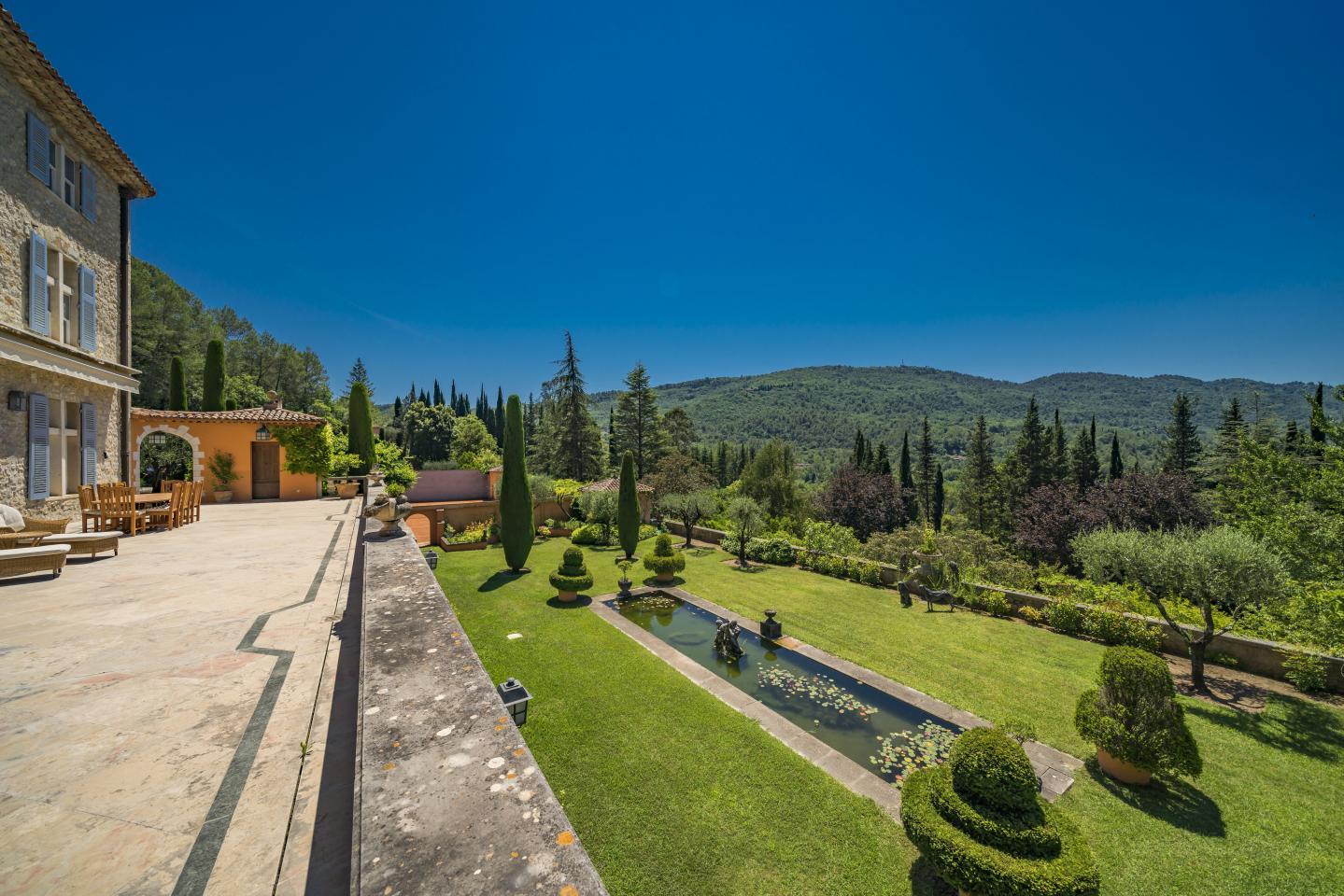 L'artiste paysagiste provençal Jean Mus a rétablit les oliviers centenaires, et rénové les fontaines, les bassins et les nombreuses statues.