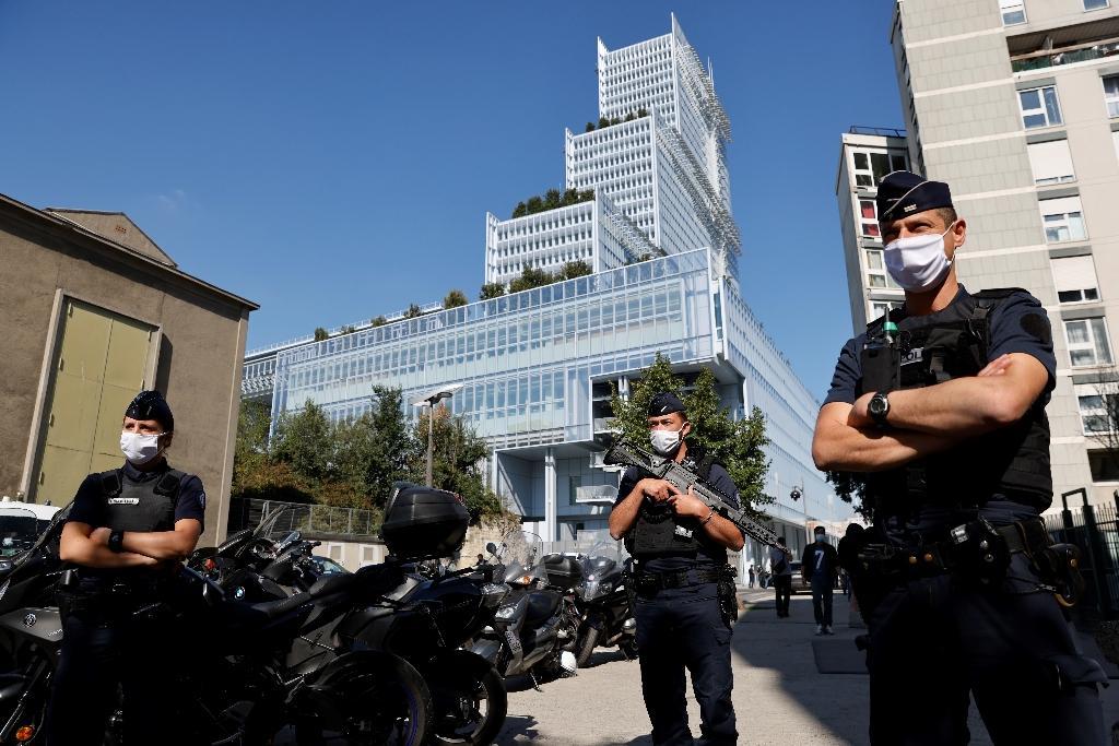 Des policiers à l'extérieur du tribunal de Paris, le 2 septembre 2020, au premier jour de l'ouverture du procès des attentats de janvier 2015