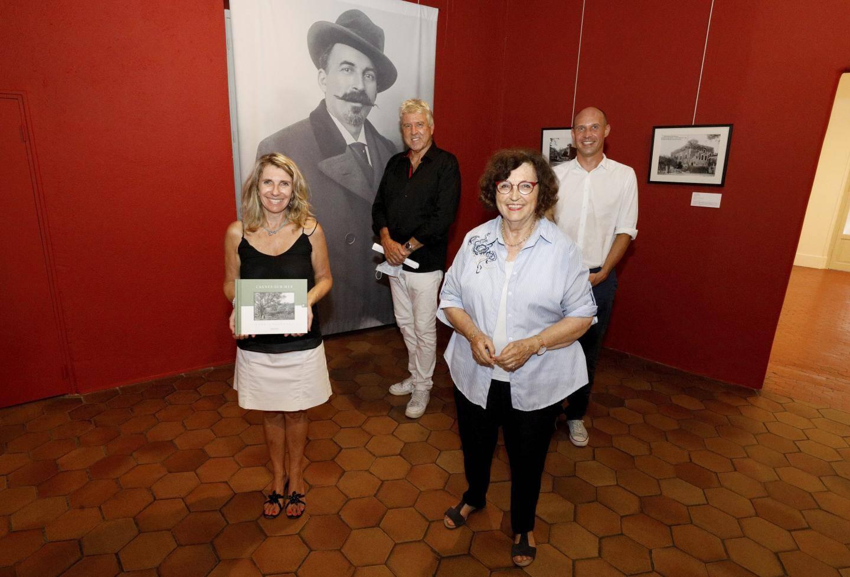 Janine Giletta sous le portrait de son grand-oncle Jean.