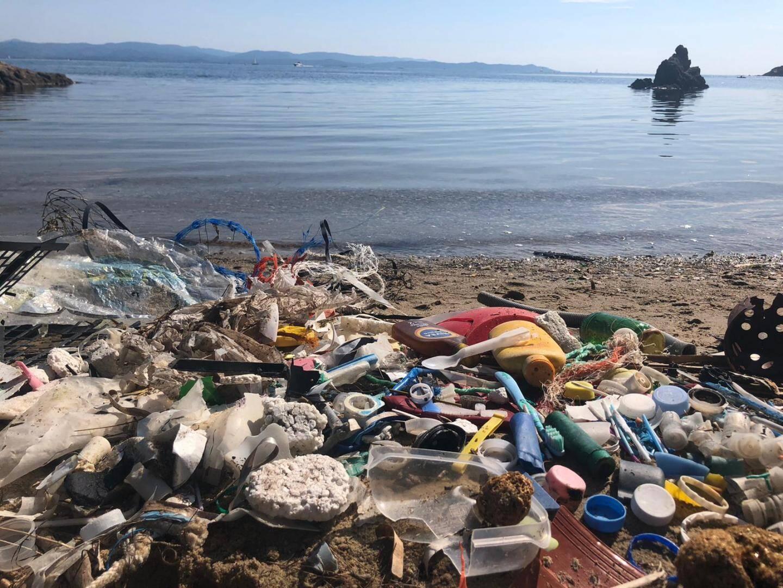 Bouchons plastiques, crèmes solaires, verres jetables : aucune crique n'est épargnée par la pollution.