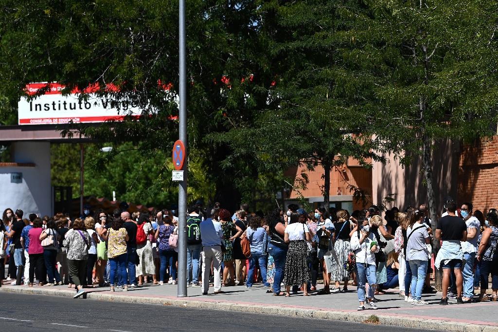 Queue pour réaliser des tests PCR devant une école de Madrid avant la rentrée scolaire, le 2 septembre 2020