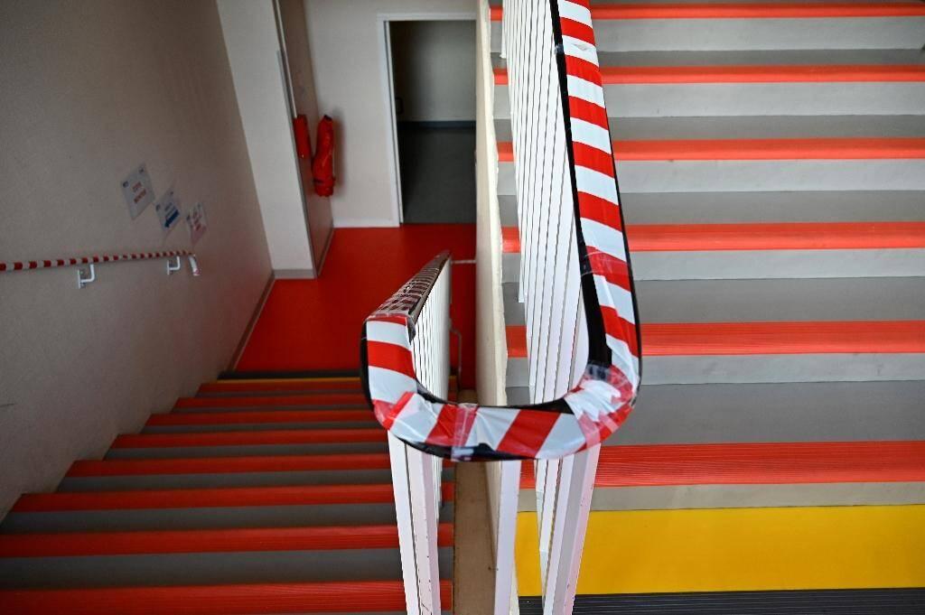 Une rampe d'escalier du lycée professionnel Pierre et Marie Curie à Château-Gontier (Mayenne), le 31 août 2020