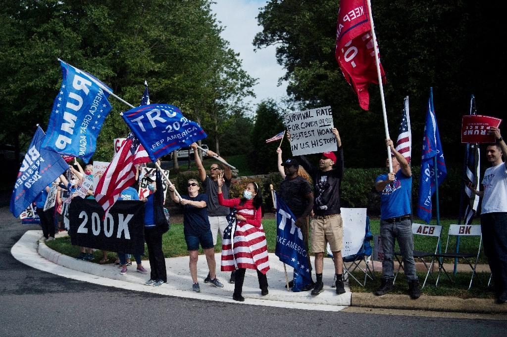 Des partisans de Donald Trump acclament le président à son arrivée au Trump National Golf Club à Sterling, en Virginie, le 27 septembre 2020