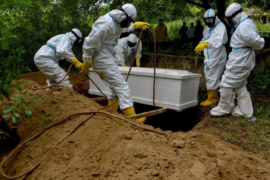 Enterrement d'une victime du coronavirus à Kajhu, dans la province indonésienne d'Aceh, le 29 septembre 2020