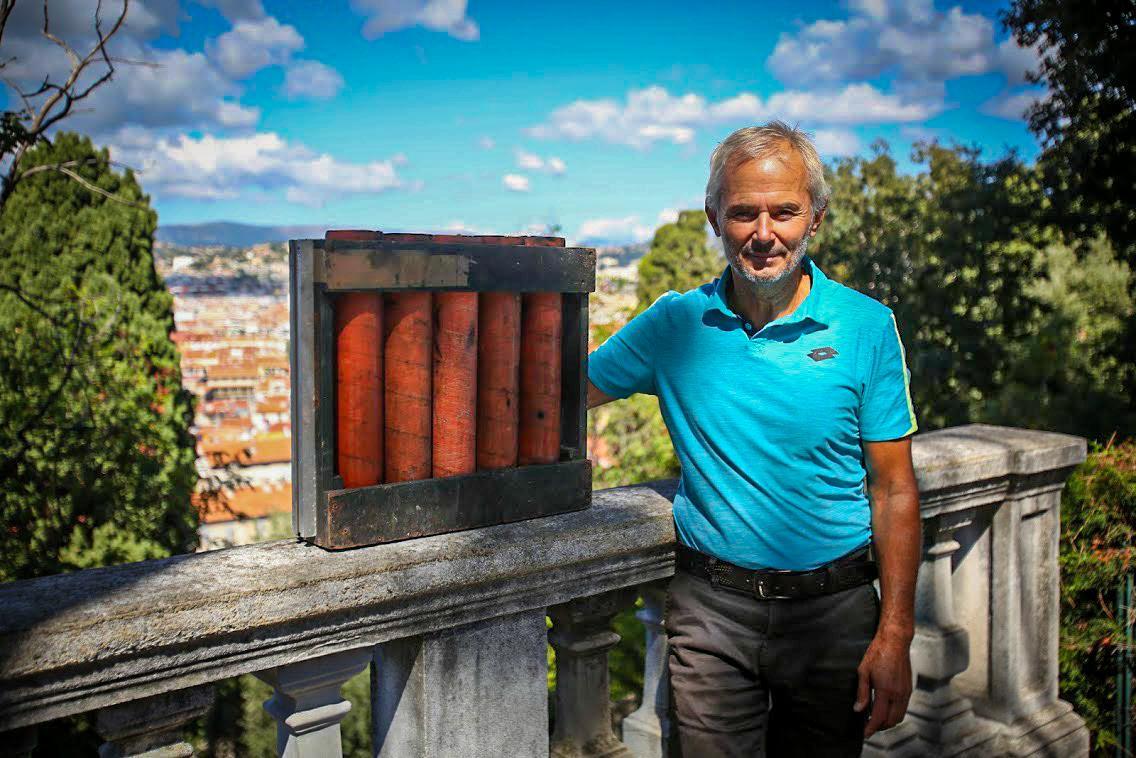 Philippe Arnello, 65 ans, avec son mortier lui permettant de tirer la bombe de poudre chaque midi.