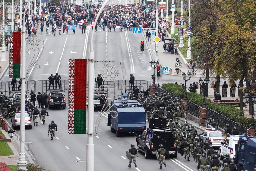 Des policiers anti-émeute bloquent une rue pendant une manifestation à Minsk, le 25 octobre 2020