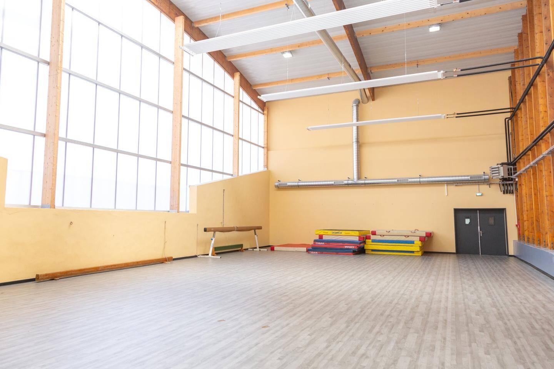 La salle de gymnastique, dont le sol a été refait, dispose désormais d'un éclairage naturel.