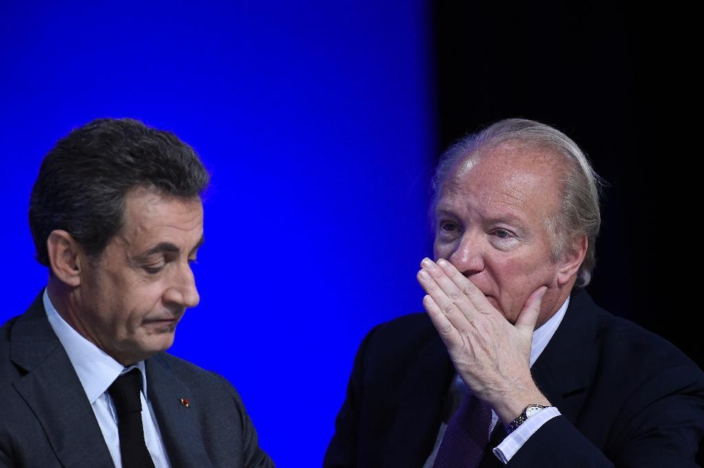 L'ancien président Nicolas Sarkozy (g) et Brice Hortefeux , lors d'une réunion politique le 13 février 2016 du parti Les Républicains