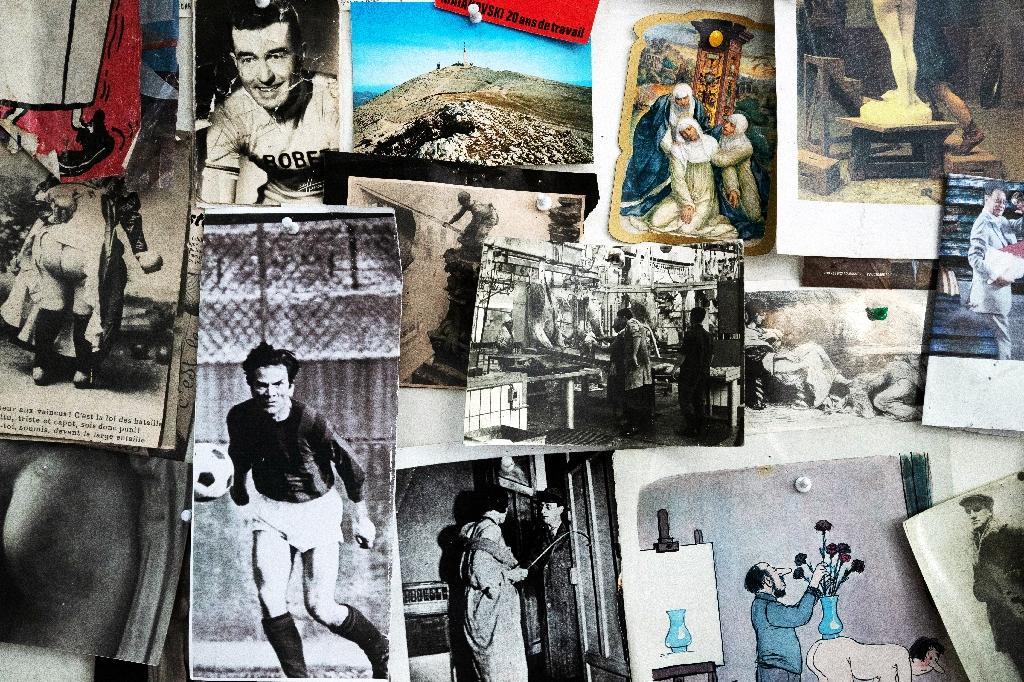 Des photos du footballeur Pasolini, du cycliste Louison Bobet et du père de l'artiste Ernest Pignon-Ernest dans son atelier, le 7 octobre 2020 à Ivry-sur-Seine, près de Paris
