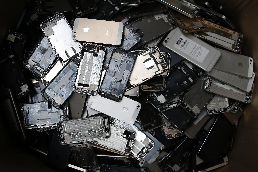 Des composants électriques et électroniques de smartphones à l'usine Morphosis pour être recyclés, en mai 2017 au Havre