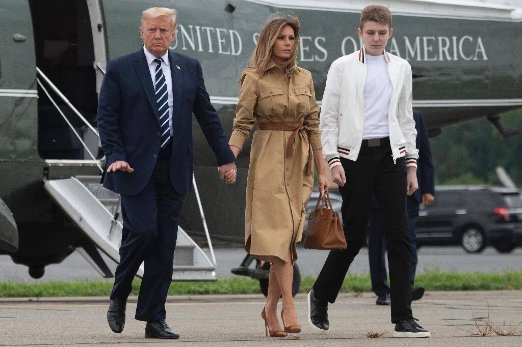 Le président américain Donald Trump, sa femme Melania Trump et leur fis Barron, à leur arrivée à l'aéroport de Morriston, le 16 août 2020 dans le New Jersey