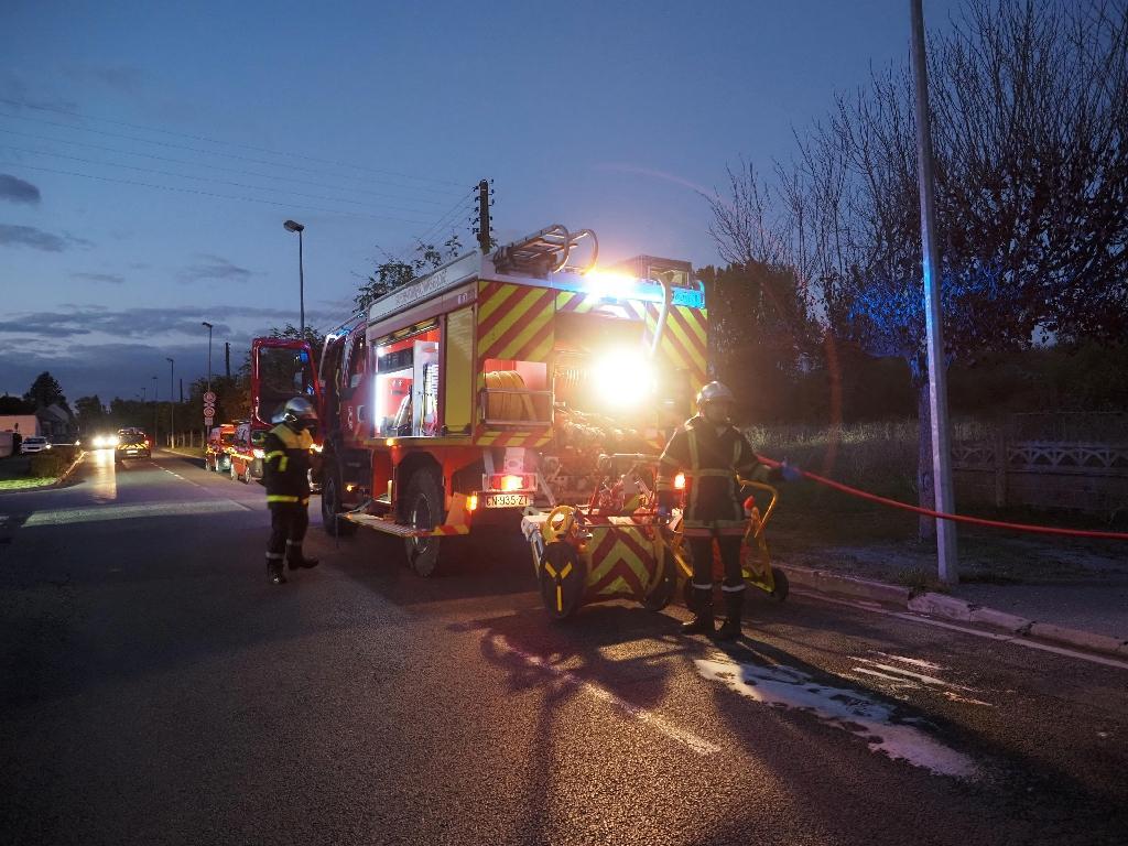 Des pompiers à Loches (Indre-et-Loire) après la collision d'un ULM avec un avion de tourisme qui a fait 5 morts, le 10 octobre 2020