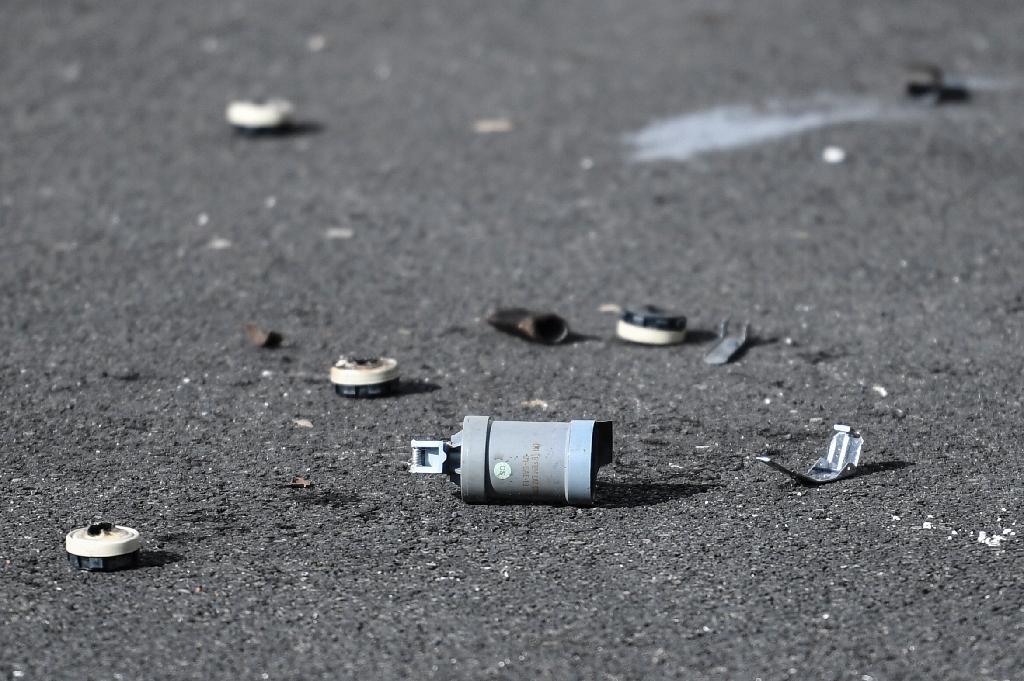 Une bombe de gaz lacrymogène sur le sol devant le commissariat de police de Champigny-sur-Marne cible de tirs de mortiers d'artifice dans la nuit du 10 au 11 octobre 2020