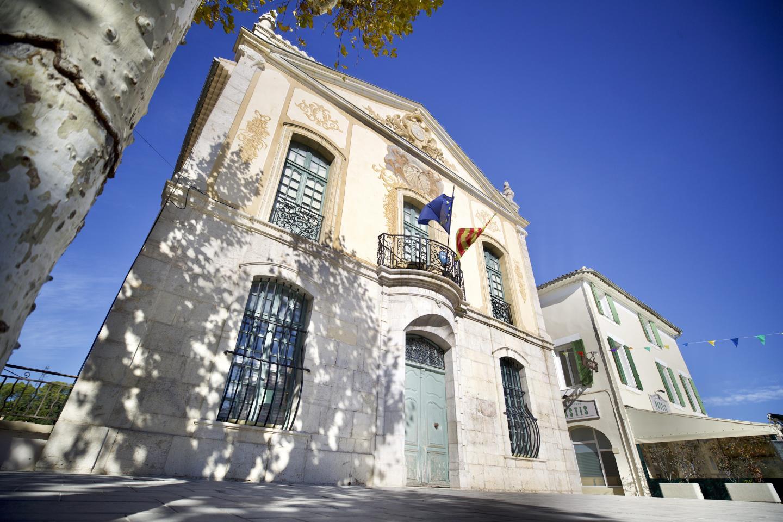 La place de l'hôtel de ville à Trans-en-Provence.