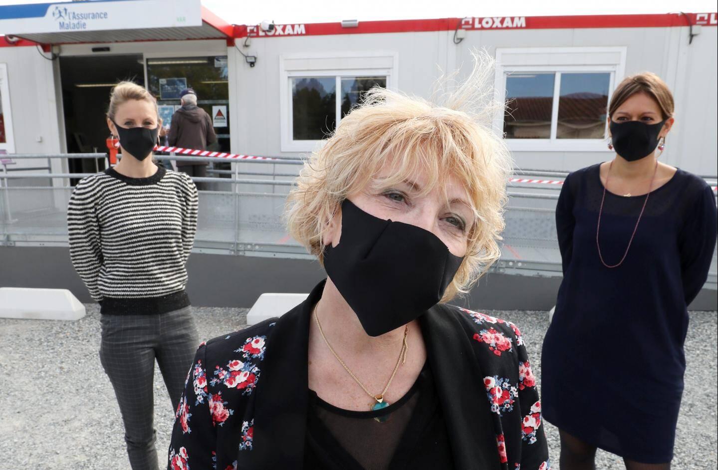 La directrice Marie-Cécile Saulais, devant Marion Bedos et Fanny Anic-Mongin.