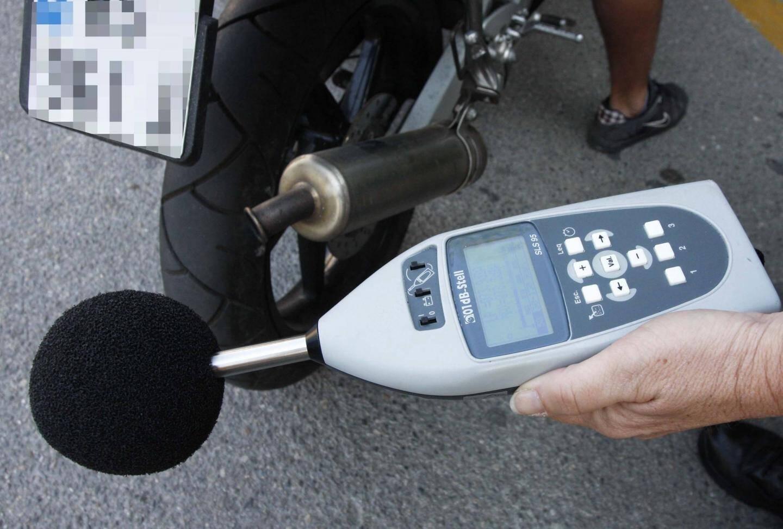 Contrôle du bruit d'un deux-roues avec un sonomètre.