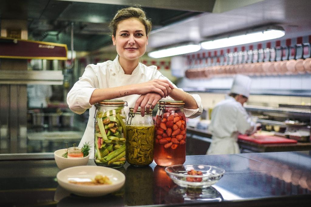 Jessica Prealpato, cheffe pâtissière de Alain Ducasse au Plaza Athénée pose dans les cuisines  du restaurant à Paris, le 6 juin 2019