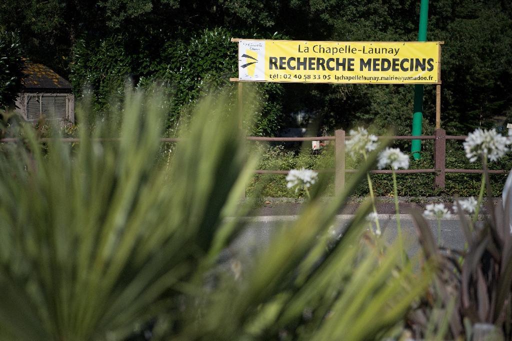 """Une banderole indiquant """"Recherche Medecins"""" le 29 juillet 2019 à La Chapelle-Launay (ouest)"""