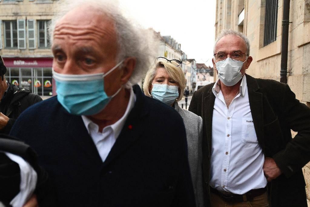 L'avocat des parents d'Alexia Daval, Me Gilles-Jean Portejoie (G), s'exprime le 16 novembre 2020 à Vesoul en arrivant au palais de justice avec ses clients