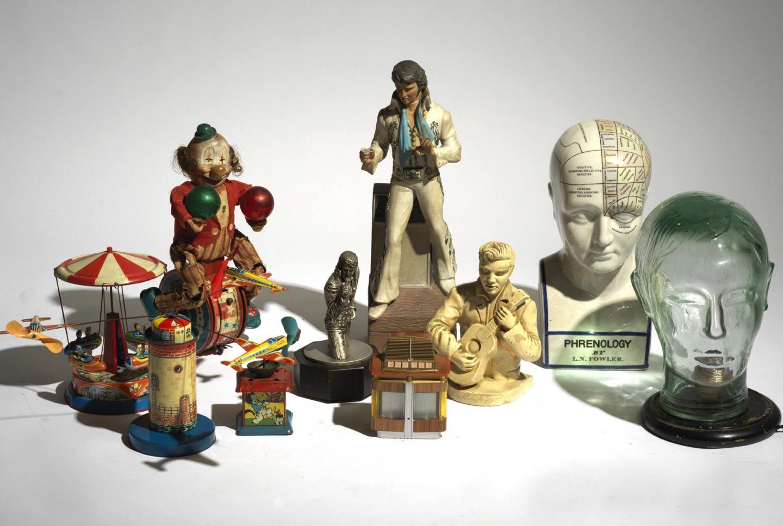 Des figurines du King Presley mêlées à d'autres antiques objets des 50's aux 70's.