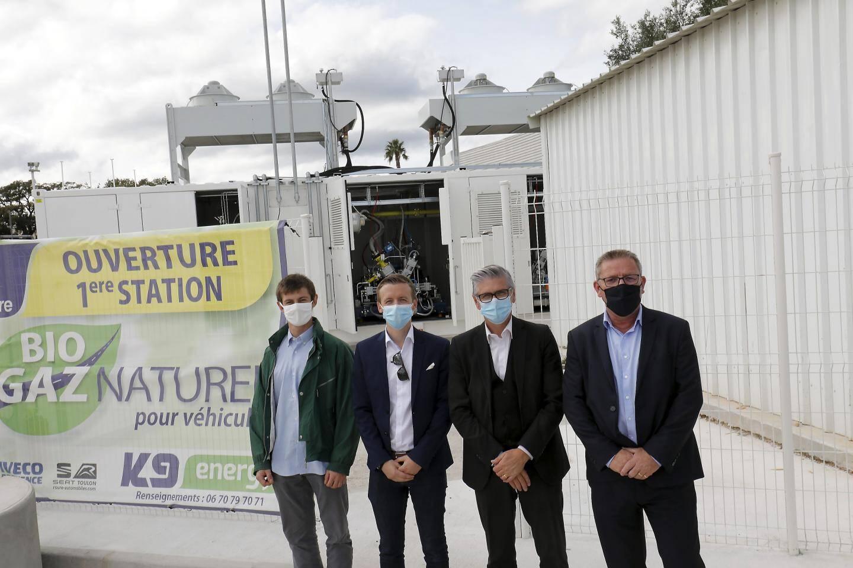 (De droite à gauche) Christophe Folcher et Erick Mascaro, respectivement ingénieur d'affaires GNV et directeur territorial chez GRDF, et Marc-Antoine Moché et Corentin Stefani, de l'entreprise Ginouves, devant le décompresseur arrivé fin juillet à la station K9 de La Garde.