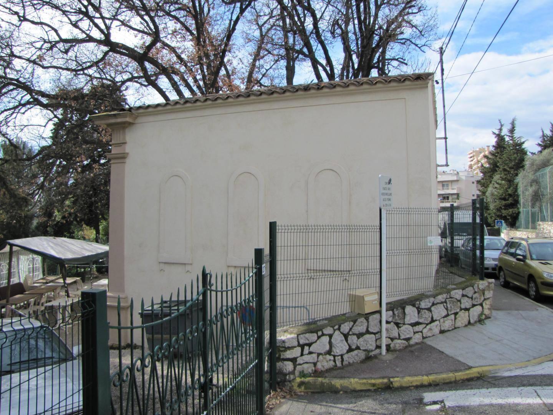 Avenue du Chaitaigner, l'ancienne chapelle Tanagra, sur le domaine du château Caroline sert désormais de local au club de boules.
