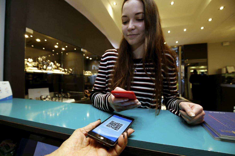 Grâce au QR Code situé sur le comptoir, et à son smartphone, l'utilisateur peut payer le commerçant sans sortir son porte-feuille.