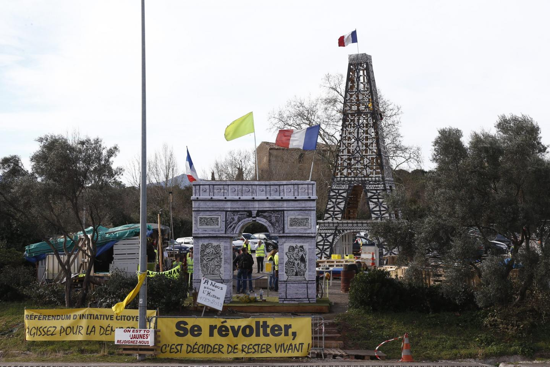 Les Gilets jaunes avaient construit un Arc de Triomphe et une Tour Eiffel.