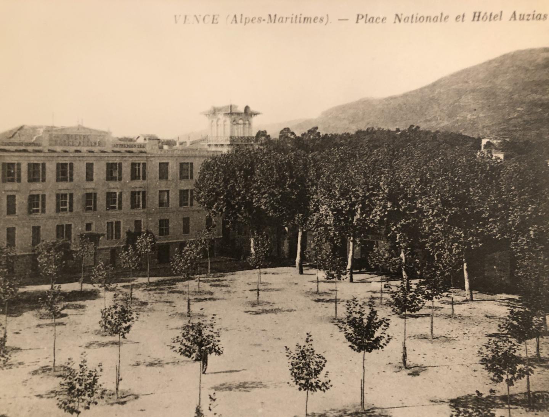 Érigé en 1895 sur la place Nationale (ex Grand-Jardin), le nouvel hôtel Auzias contenait quarante chambres. Sur cette photographie, on aperçoit la villa Alexandrine, bâtie en 1911. (DR)