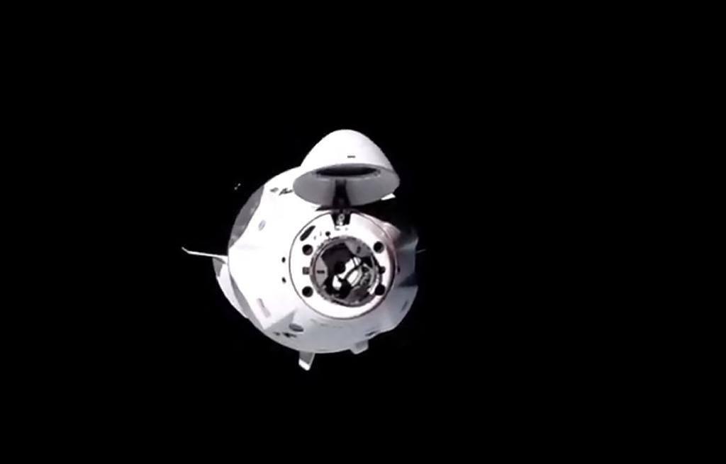 Une image de la NASA montre la capsule Crew Dragon de SpaceX s'approchant de la Station spatiale internationale avec quatre astronautes à son bord le 17 novembre 2020