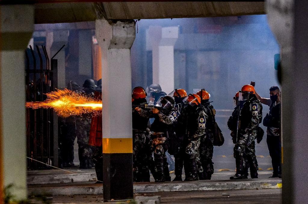 Affrontements entre policiers militaires et manifestants après la mort d'un Noir roué de coups par des agents de sécurité, à Porto Alegre, sud du Brésil, le 20 novembre 2020